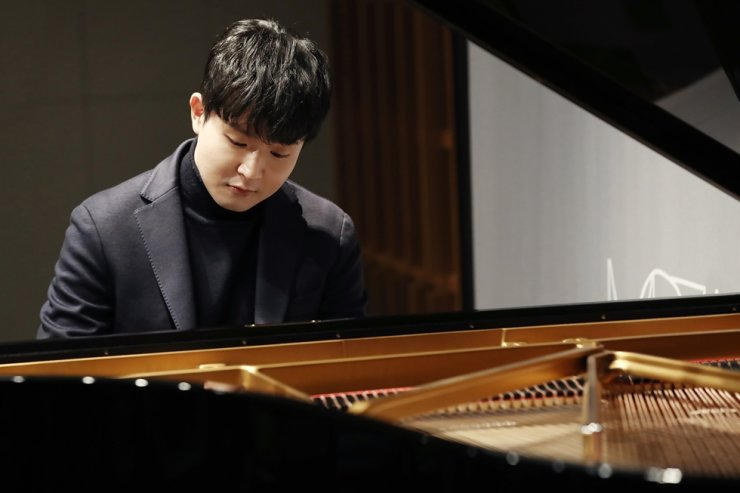 Pianist Sunwoo Ye-kwon performs during a press conference held at ODE Port, Gangnam District, Seoul, Tuesday, to promote his new album 'Mozart.' Yonhap