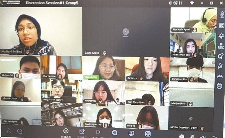 Participants of the ASEAN-Korea Youth Summit hold a pre-discussion session through a virtual meeting, Monday, ahead of the event to be held from Wednesday to Friday. / Courtesy of Ministry of Gender Equality and Family