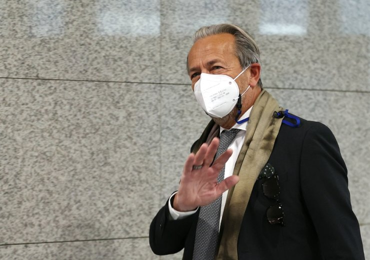 Head of the International Atomic Energy Agency's department of safeguard Massimo Aparo waves his hand as he walks into the conference hall in the Ministry of Foreign Affairs's building in Seoul, Tuesday. / Yonhap