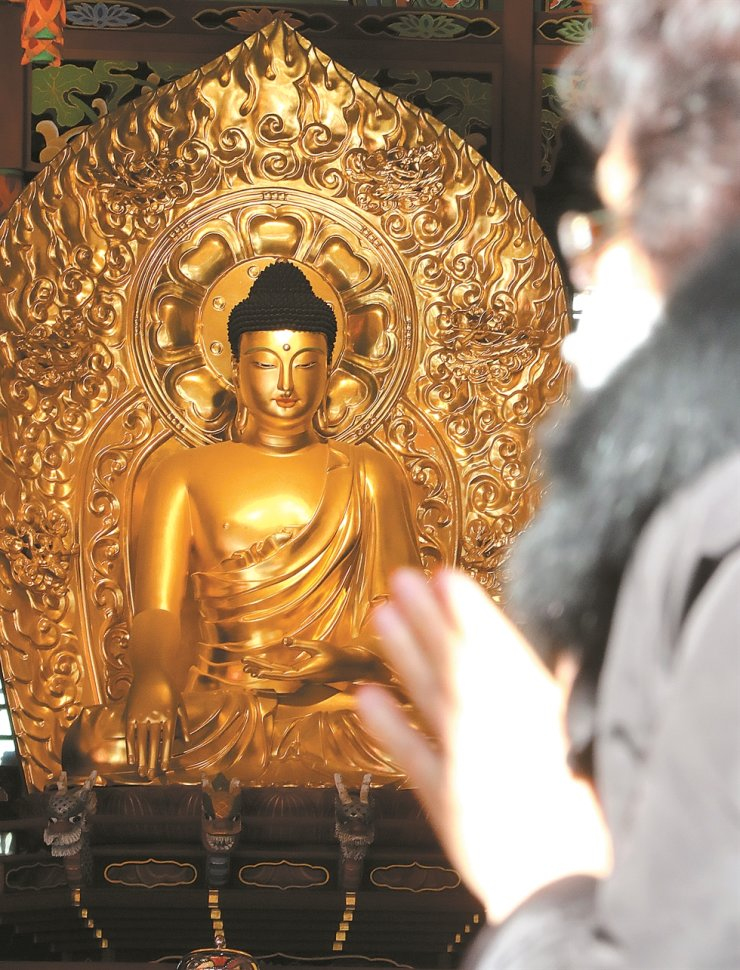 A visitor prays at Jogye Temple in central Seoul on Monday, 10 days before the College Scholastic Ability Test (CSAT) is scheduled to be held. Some parents visit religious institutions in advance of the state-run college entrance exam to pray for their children's success. Yonhap