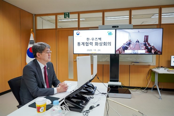 Statistics Korea Commissioner Kang Shin-Wook holds an online conference with officials from his Uzbekistan counterpart's organization at the Government Complex in Daejeon, Tuesday. The Uzbekistan authority asked Statistics Korea to share and exchange experiences with producing statistical data. Courtesy of Statistics Korea