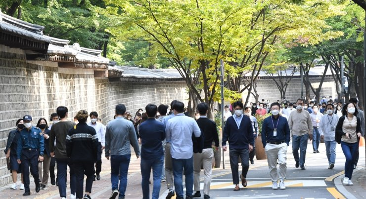 Office workers stroll along the lane beside Deoksu Palace in Seoul after lunch, Oct. 14. Korea Times photo by Bae Woo-han