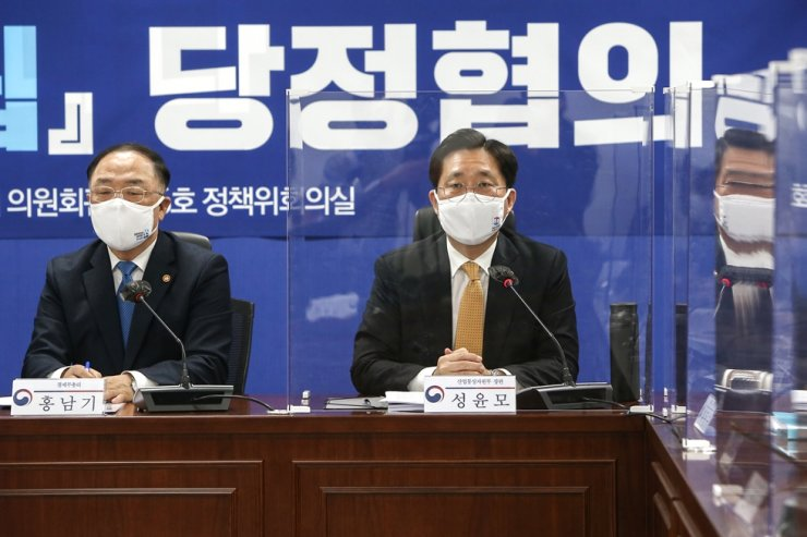 Minister of Trade, Industry and Energy Sung Yun-mo, right, speaks during a meeting with lawmakers on the government's 2050 carbon neutrality initiative at the National Assembly in Seoul, Dec. 7. Korea Times photo by Oh Dae-keun