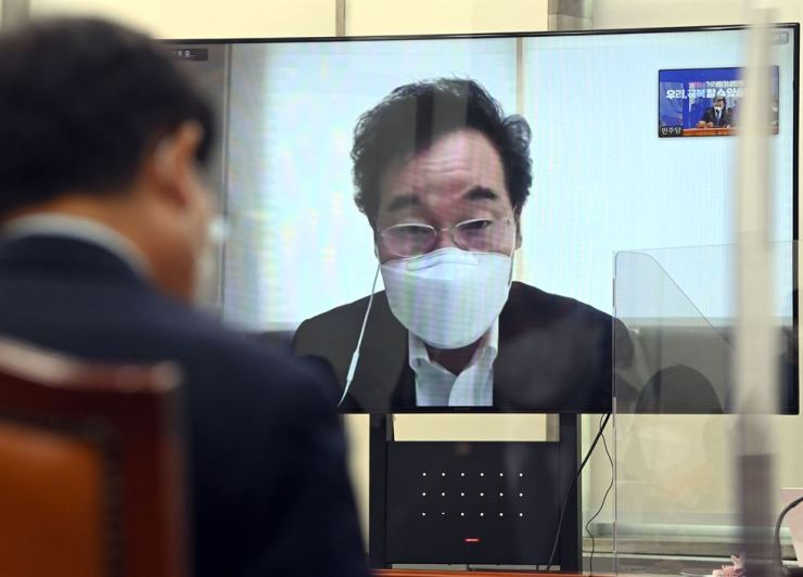 Ruling Democratic Party of Korea Chairman Lee Nak-yon speaks during a Supreme Council meeting of the party at the National Assembly, Nov. 27, in which he participated through video as he was self-isolating after coming into contact with a COVID-19 patient on Nov.19. He tested negative. Yonhap