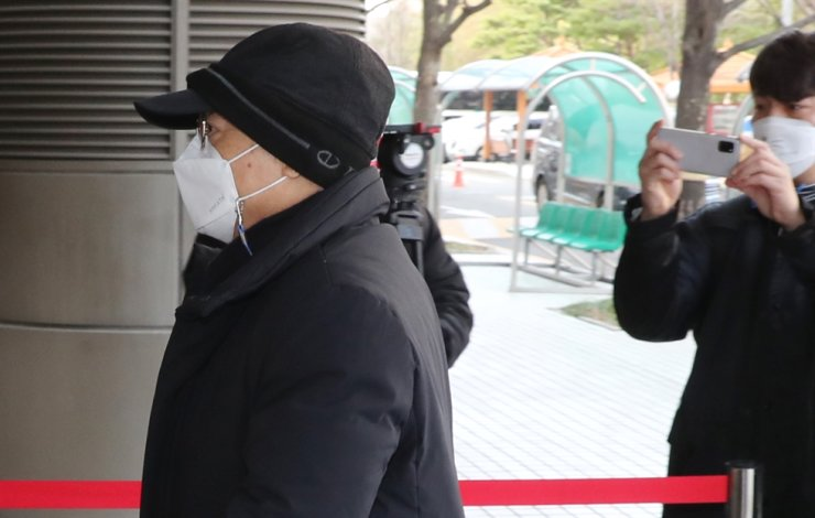 Former Busan Mayor Oh Keo-don arrives at the Busan District Court to attend his arrest warrant hearing on Dec. 18, 2020, in the southeastern port city. Yonhap