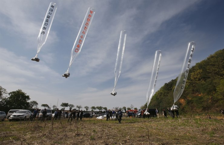 North Korean defectors and activists fly anti-Pyongyang leaflets tethered to balloons across the border in Paju, Gyeonggi Province in this April 2, 2016 photo. / Korea Times file