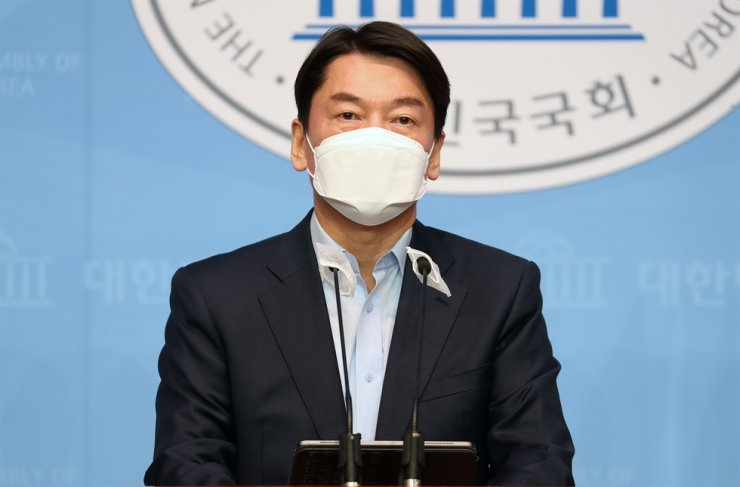 Minor opposition People's Party head Ahn Cheol-soo announces his intention to run for the Seoul mayoral election race next year in a press conference at the National Assembly in Yeouido, Seoul, Sunday. Yonhap
