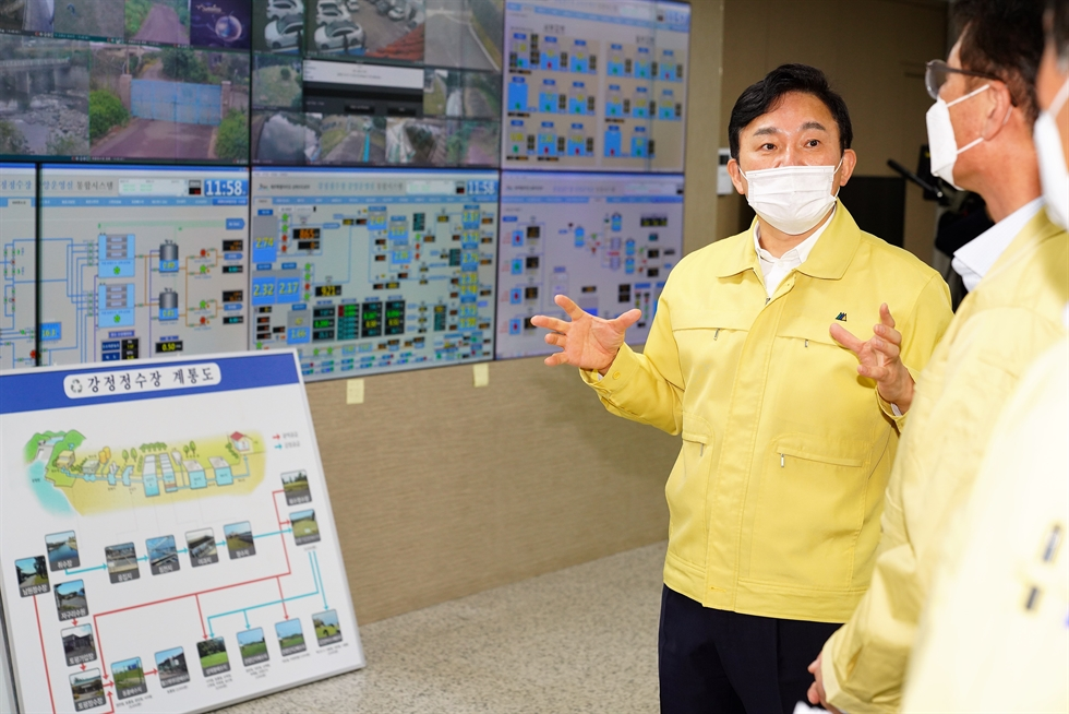 Governor Won Hee-ryong of Jeju Special Self-Governing Province holds a press conference near Mount Songak in Seogwipo in this Oct. 25 file photo, vowing to keep Jeju Island clean and green for the next generation. Courtesy of Jeju Special Self-Governing Province