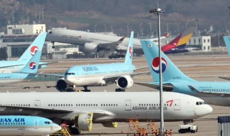 Korean Air and Asiana Airlines planes at Incheon International Airport amid the prolonged COVID-19 pandemic, Dec. 8. / Korea Times file