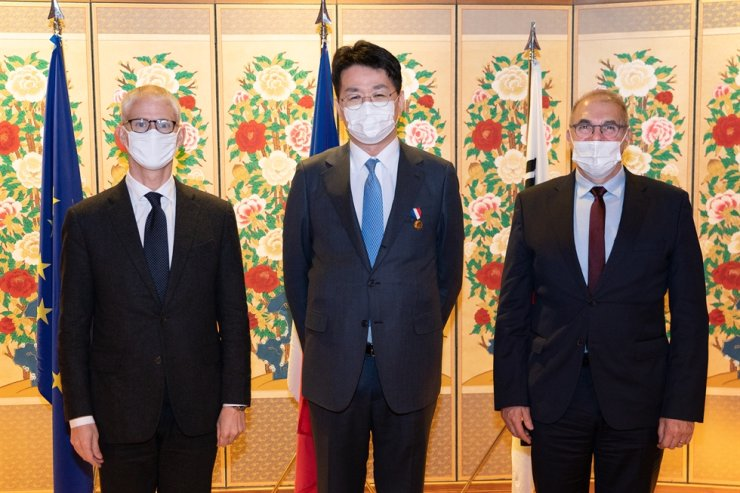 Hanjin KAL Chairman Cho Won-tae, center, poses with Franck Riester, left, French minister delegate for foreign trade and economic attractiveness, and French Ambassador to Korea Philippe Lefort, at the Korea Furniture Museum in Seoul, Dec. 17, after receiving a gold Honour medal of Foreign Affairs from the French government for his contributions to the country. Courtesy of Korean Air