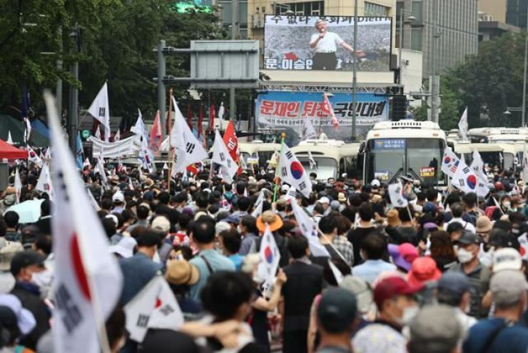 Protesters demanding South Korean President Moon Jae-in's resignation, led by former pastor Jun Kwang-hoon, crowd part of Gwanghwamun Square in Seoul's Jongno District on Aug. 15, the National Liberation Day. Yonhap