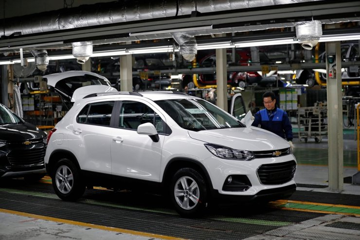 An employee works at an assembly line of GM Korea's Bupyeong plant in Incheon, March 29, 2018. Reuters
