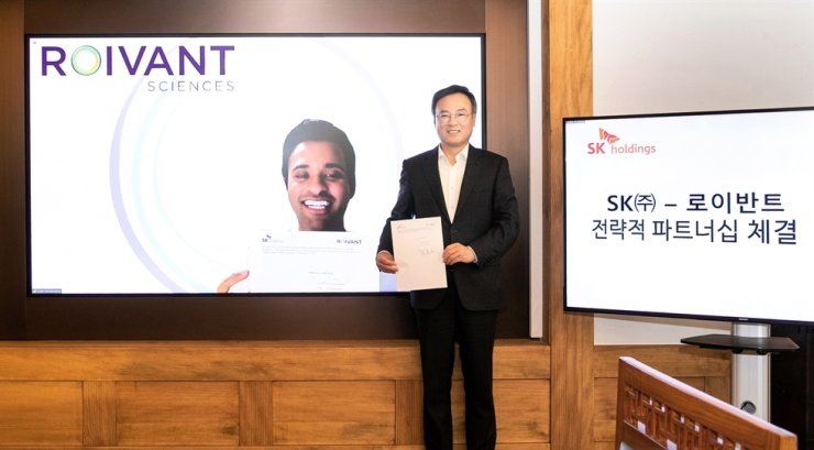 Jang Dong-hyun, president and CEO of SK Holdings, celebrates the signing of a strategic partnership with Roivant Sciences in an online conference held at the company's headquarters in Seoul, Dec. 3. / Courtesy of SK Holdings Co.
