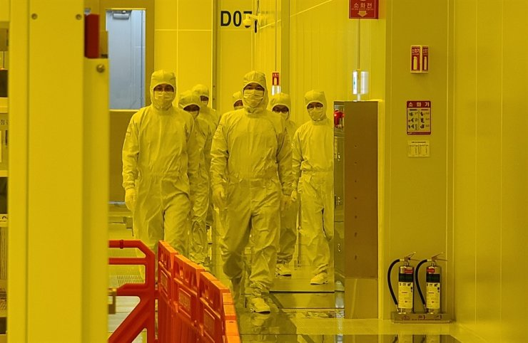 Samsung Electronics Vice Chairman Lee Jae-yong, right, inspects EUV line of the company's Pyeongtaek foundry facility, Monday. / Courtesy of Samsung Electronics