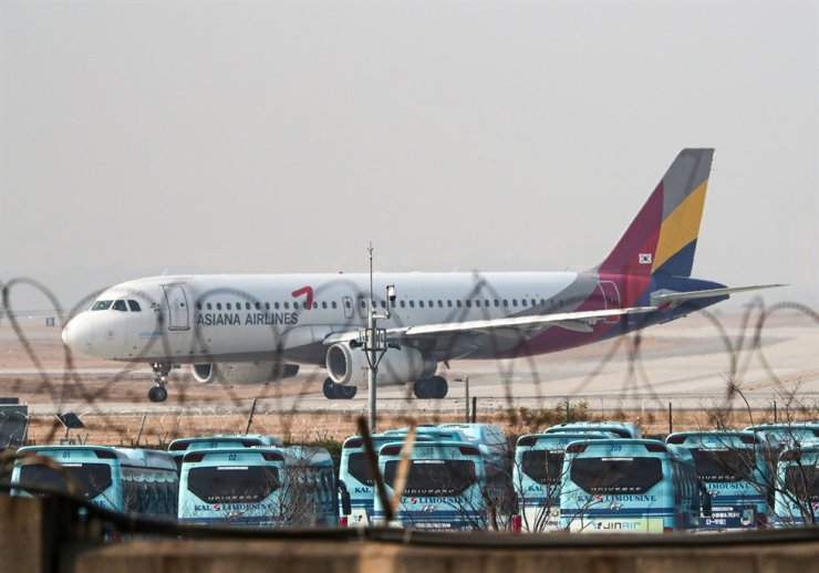 An Asiana Airlines plane is seen at Gimpo International Airport in Seoul, Nov. 16. Korea Times photo by Shim Hyun-chul
