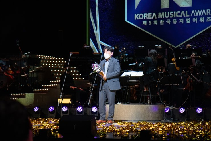 Kang Byung-won, president of Live, speaks after receiving the grand prize for the musical 'Marie Curie' at the fifth Korea Musical Awards held at Blue Square in central Seoul, Monday. / Courtesy of Korea Musical Awards