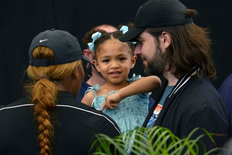 Serena Williams (L) of the US and her husband Alexis Ohanian talk to their daughter Alexis Olympia Ohanian Jr during the 'A Day at the Drive' exhibition tournament in Adelaide on Jan. 29. AFP-Yonhalp