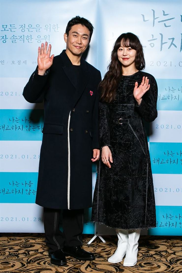 Actors Oh Jung-se, left, and Yoo Da-in pose after a press conference for the film 'I Don't Fire Myself' held in Seoul, Tuesday. / Courtesy of Jin Jin Pictures