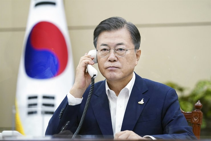 President Moon Jae-in speaks on the phone with Japanese Prime Minister Yoshihide Suga, Sept. 24, at Cheong Wa Dae. Courtesy of Cheong Wa Dae