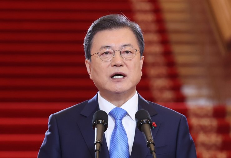 President Moon Jae-in gives his New Year's speech at Cheong Wa Dae in Seoul, Monday. Yonhap