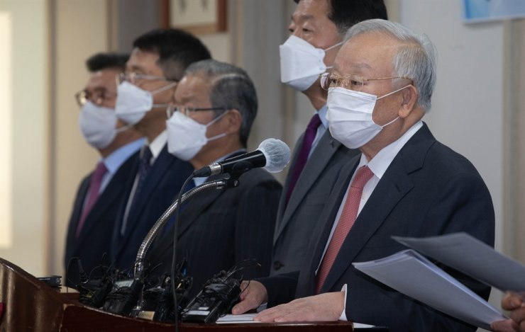 Business leaders are present at a press conference on new regulations on occupational accidents held earlier this month. / Yonhap