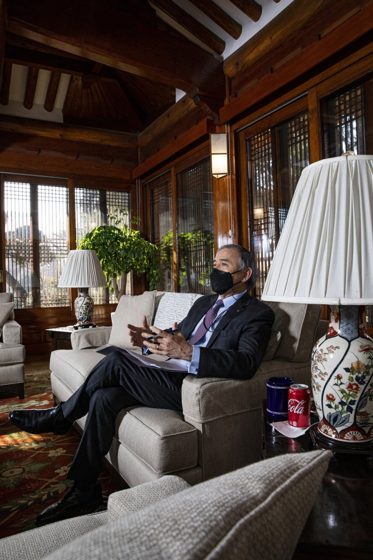 Former U.S. Ambassador to South Korea Harry Harris speaks with The Korea Times at the ambassadorial residence in Seoul, Jan. 20, his last day in office. / Korea Times photo by Shim Hyun-chul