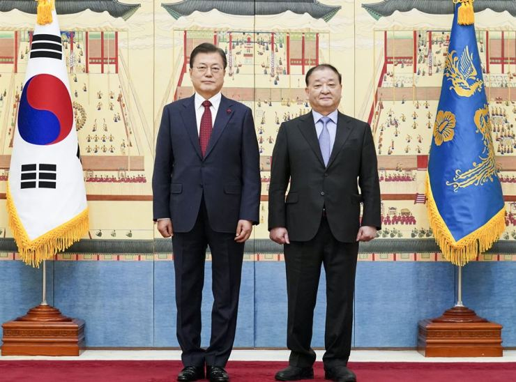 President Moon Jae-in, left, and new Ambassador to Japan Kang Chang-il pose after a ceremony at Cheong Wa Dae, Thursday. Yonhap
