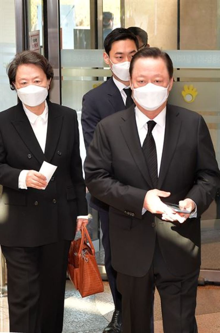 Korea Chamber of Commerce and IndustryChairman Park Yong-maan enters a funeral hall for the late Samsung Group Chairman Lee Kun-heein southern Seoul, on Oct. 26, 2020. / Joint Press Corps.