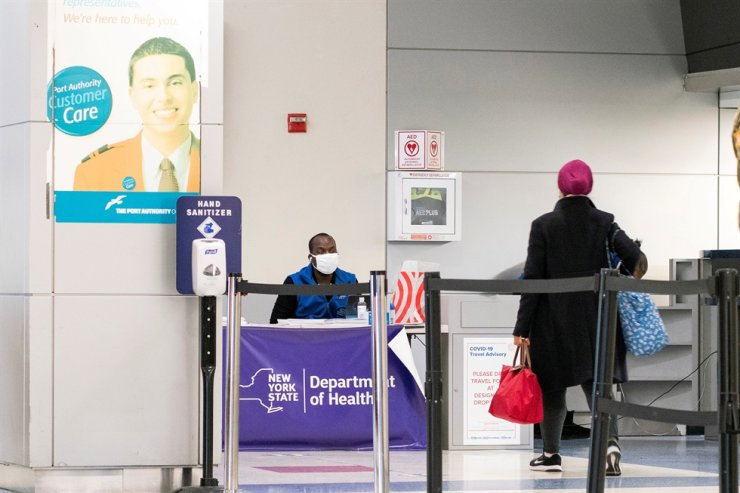 Passengers arrive at JFK International Airport in New York City from a flight from London last week, amid new restrictions to prevent the spread of COVID-19. Reuters-Yonhap