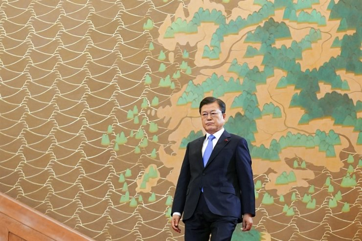 President Moon Jae-in arrives to deliver a New Year speech at Cheong Wa Dae, Monday. Yonhap