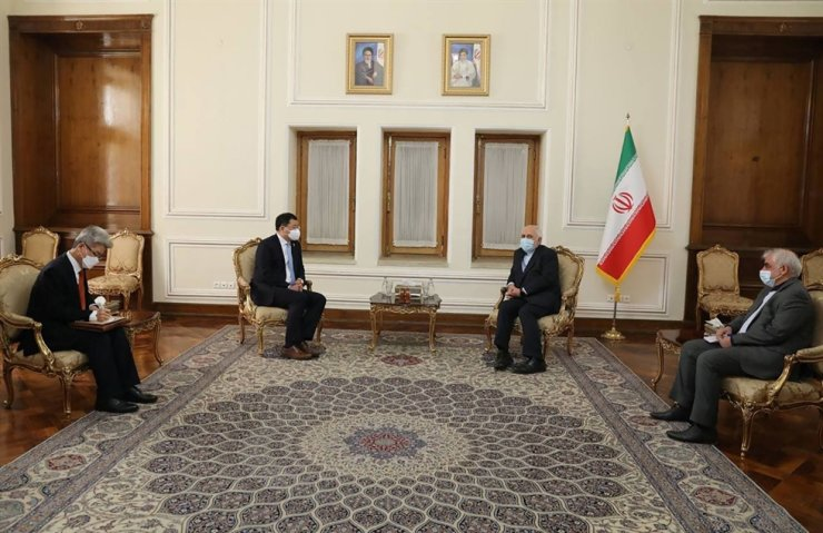 Iran's Foreign Minister Mohammad Javad Zarif, second from right, meets with South Korean Vice Foreign Minister Choi Jong-kun, second from left, in Tehran, Iran January 11, 2021. REUTERS-Yonhap