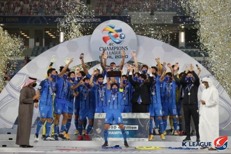 Ulsan Hyundai football players celebrate after winning the 2020 AFC Champions League in Doha, Qatar, Dec. 19, 2020. / Courtesy of K League
