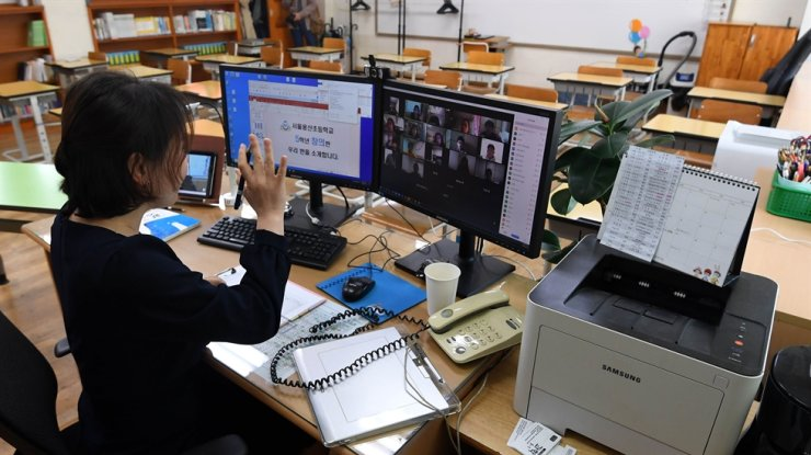 A teacher gives a class online from an empty classroom at Yongsan Elementary School, Seoul, in this April 16, 2020 photo. Korea Times photo by Seo Jae-hoon
