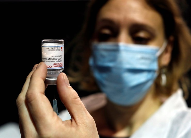 A health worker prepares a syringe with the Moderna coronavirus disease (COVID-19) vaccine at a vaccination center in Le Cannet, France, Jan. 19, 2021. Reuters