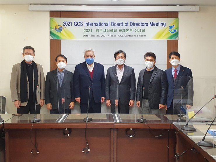 The 2021 GCS International's board of directors meeting was held Jan. 21 at the organization's headquarters in Seoul's Jongno District, and saw four board members reappointed to serve for another three years. They include GCS International President Choue Chung-won, third from left, and The Korea Times Chairman Seung Myung-ho, fourth from left. Courtesy of GCS International