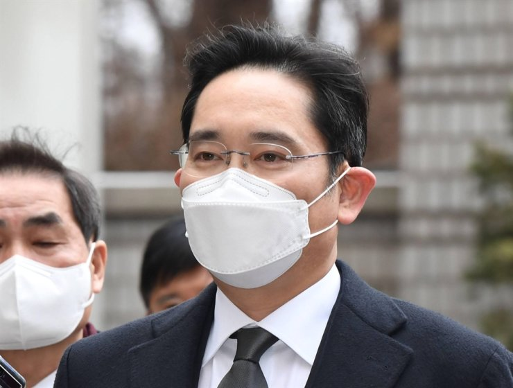 Samsung Electronics Vice Chairman Lee Jae-yong enters the Seoul High Court to attend a retrial of his bribery case held Jan. 18. / Korea Times photo by Bae Woo-han