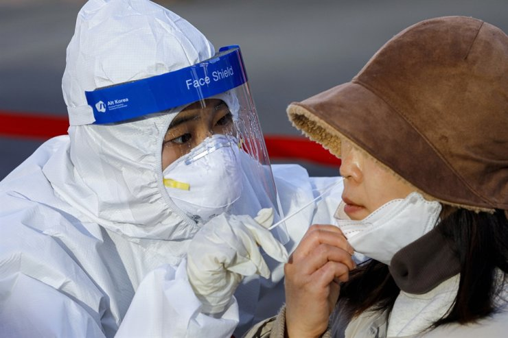 A medical worker conducts a COVID-19 test at a makeshift site in Seoul, Dec. 14, 2020. Korea Times photo by Shim Hyun-chul