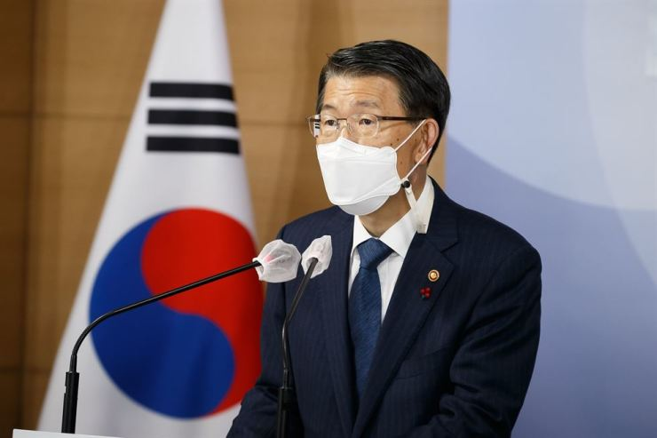 Financial Services Commission (FSC) Chairman Eun Sung-soo speaks during a briefing at the Government Complex in Seoul on Jan. 19. Yonhap