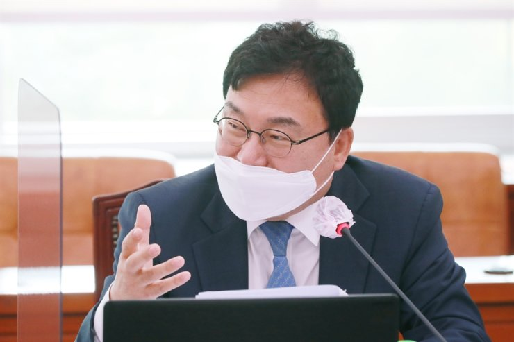 Lee Sang-jik, independent lawmaker and founder of Eastar Jet, speaks during a National Assembly session, Oct. 7. / Korea Times photo by Oh Dae-geun