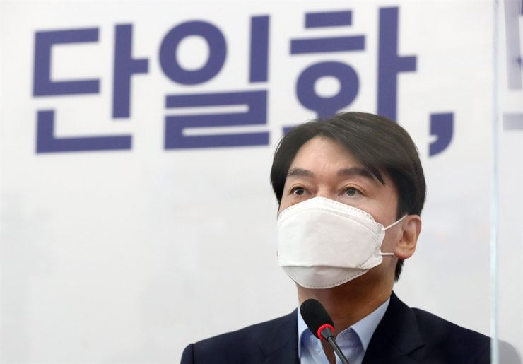 Ahn Cheol-soo, leader of the minor People's Party, speaks during a news conference at the National Assembly, Tuesday, calling on the main opposition People Power Party to open its primary race for the upcoming Seoul mayoral by-election to all opposition parties so the bloc can field a single united candidate to take on a candidate from the ruling Democratic Party of Korea. Ahn announced his decision to run in the April 7 by-election, Dec. 20, saying an opposition bloc win could lead to a presidential power transition in 2022. / Yonhap