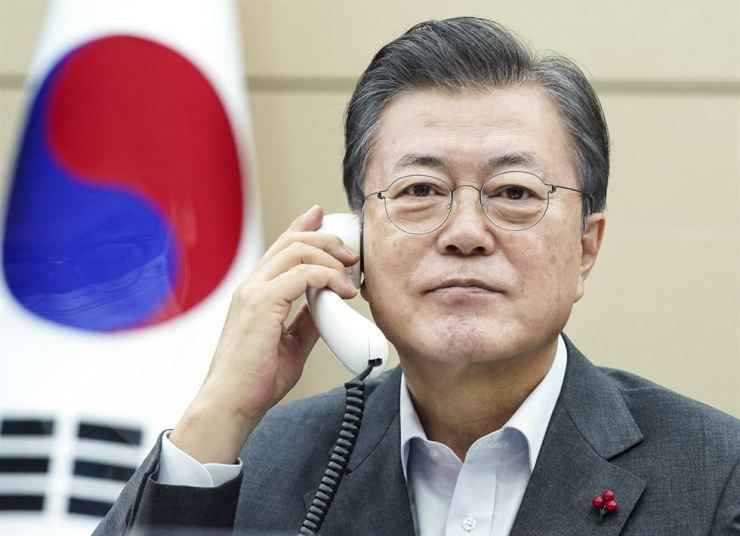 President Moon Jae-in talks to Costa Rican President Carlos Alvarado at Cheong Wa Dae, Friday. Courtesy of Cheong Wa Dae