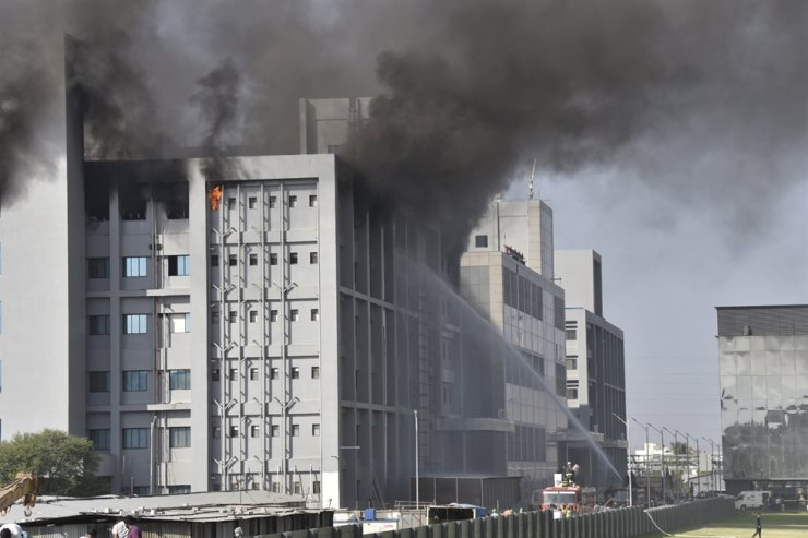 Firefighters try to extinguish a fire at a building of the COVID-19 vaccine-maker Serum Institute of India's Pune facility in Pune Maharashtra, India, Thursday. / EPA-Yonhap