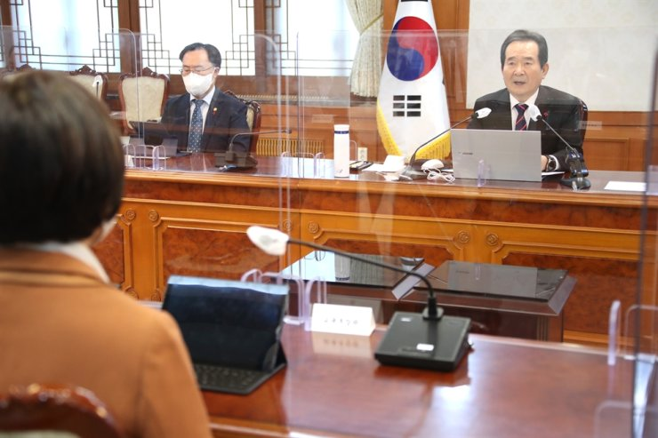 Prime Minister Chung Sye-kyun presides over a meeting with ministers of relevant government departments on child abuse prevention at the Government Complex Seoul, Tuesday. Yonhap