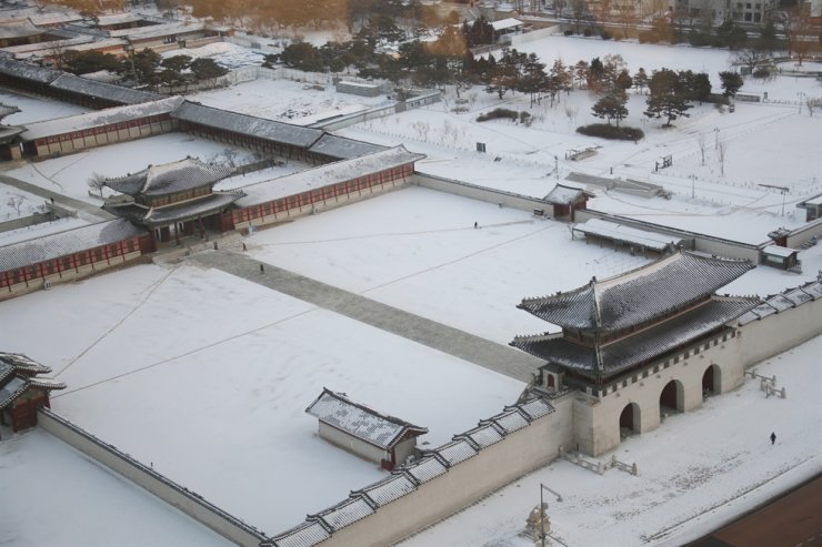 Gyeongbok Palace in Seoul is covered in snow, Thursday. Yonhap