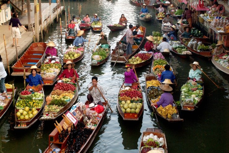 People sell fruit and other agricultural products on boats at a floating market in Ratchaburi Province, Thailand. The country is a member of the U.N. Economic and Social Commission for Asia and the Pacific (ESCAP). / Gettyimagsbank