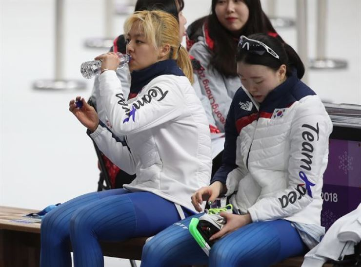 Kim Bo-reum, left, and Noh Seon-yeong, members of Korea's national skating team, sit on the bench after a game during the 2018 PyeongChang Winter Olympics on Feb. 21, 2018. Kim's lawyers said on Jan. 20, 2021, that she is seeking 200 million won in compensation for mental anguish caused by Noh during the Games. Yonhap