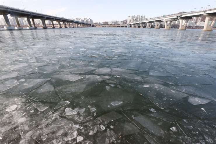Some parts of the Han River are frozen in Seoul, Tuesday. Korea is forecast to come under the grip of the season's coldest weather later this week, the state-run weather agency said. Yonhap