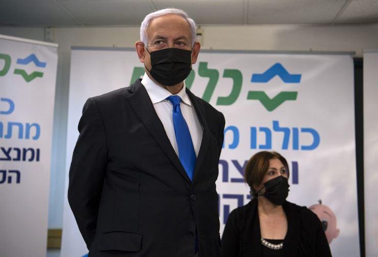 Israeli Prime Minister Benjamin Netanyahu visits a coronavirus vaccination facility in the northern Arab city of Nazareth, Israel, Jan. 13. AP-Yonhap