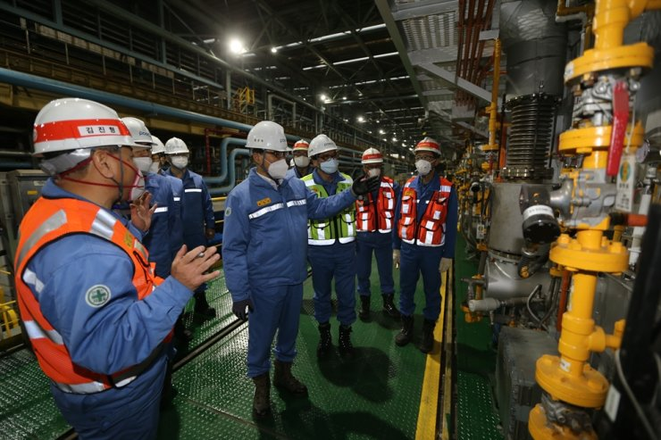 POSCO Chairman Choi Jeong-woo, center, inspects facilities during his visit to the POSCO Pohang Steel Mill in North Gyeongsang Province, Jan. 7. Courtesy of POSCO