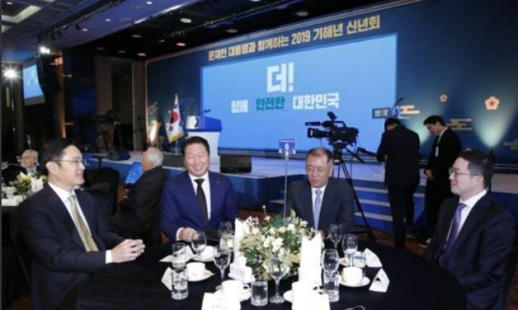 Four leading conglomerate heads greet each other during a New Year ceremony held at the Korea Federation of SMEs Grand Hall in Seoul, Jan. 2, 2019. From left Samsung Electronics Vice Chairman Lee Jae-yong, SK Group Chairman Chey Tae-won, Hyundai Motor Group Chairman Chung Euisun and LG Group Chairman Koo Kwang-mo. / Yonhap